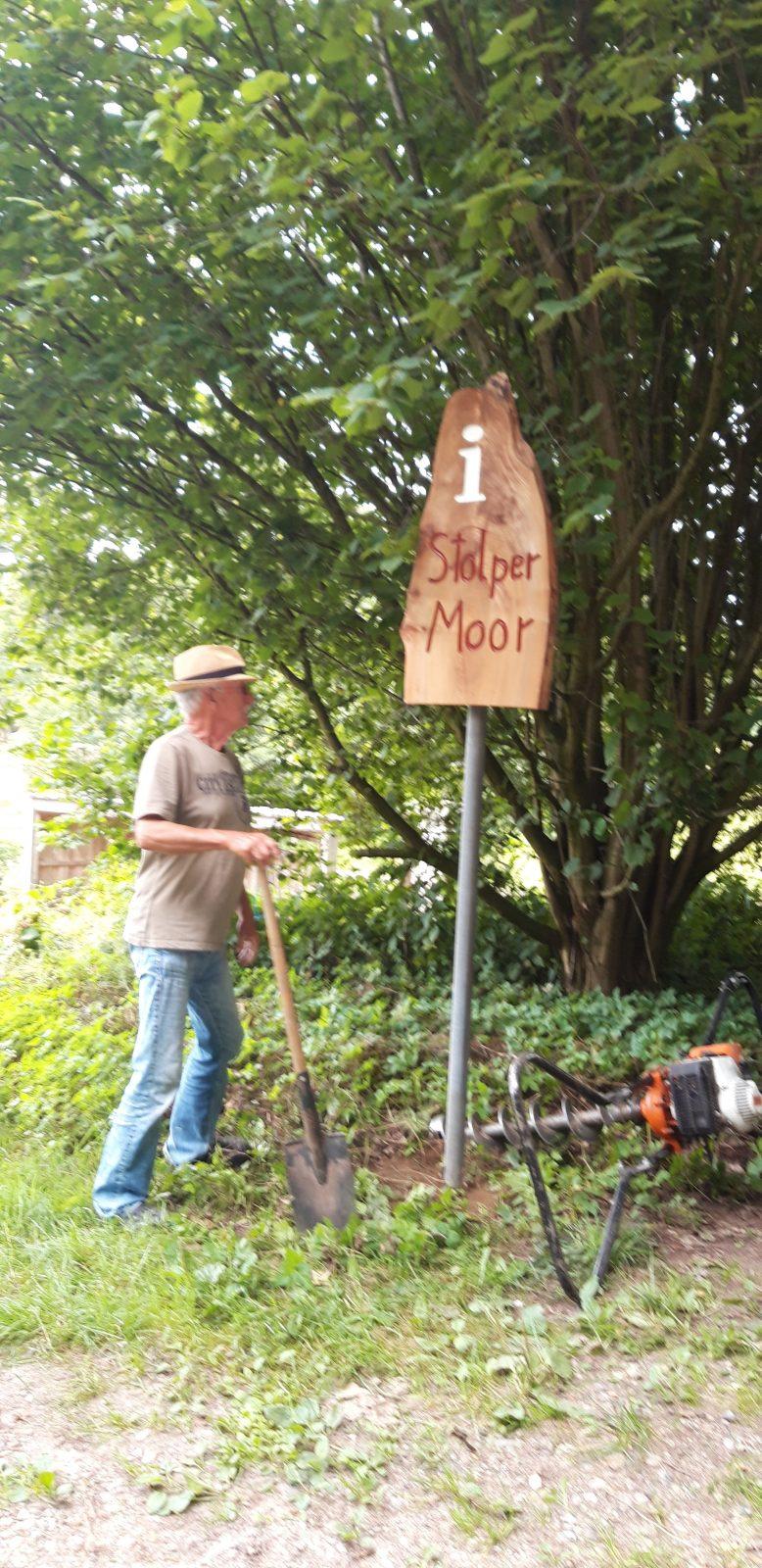 Neues Info-Schild am Stolper Moor – und eine Menge Abfall