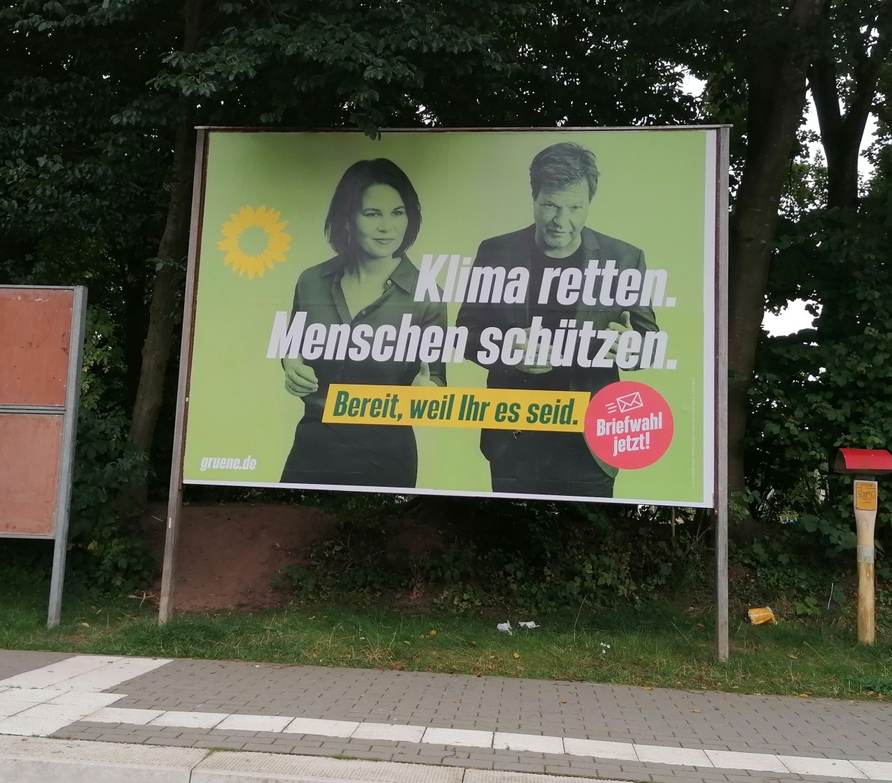 Grünes Großflächen-Plakat am ZOB in Wankendorf